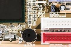 τσιπ σε μια μακροεντολή υπολογιστών πινάκων κυκλωμάτων Στοκ φωτογραφία με δικαίωμα ελεύθερης χρήσης