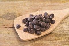 Τσιπ σοκολάτας στο ξύλο Στοκ εικόνες με δικαίωμα ελεύθερης χρήσης