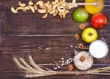 Τσιπ της Apple, φρέσκα μήλα, μέλι, γάλα, νιφάδες βρωμών και ξύλα καρυδιάς Στοκ Φωτογραφίες