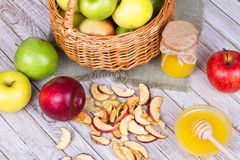 Τσιπ της Apple, φρέσκα μήλα, μέλι, γάλα, νιφάδες βρωμών και ξύλα καρυδιάς Στοκ εικόνα με δικαίωμα ελεύθερης χρήσης