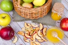 Τσιπ της Apple, φρέσκα μήλα, μέλι, γάλα, νιφάδες βρωμών και ξύλα καρυδιάς Στοκ φωτογραφία με δικαίωμα ελεύθερης χρήσης