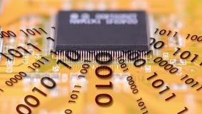 Τσιπ υπολογιστή στην εργασία με το δυαδικό κώδικα απόθεμα βίντεο