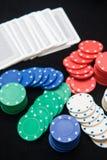 Τσιπ χαρτοπαικτικών λεσχών για το παιχνίδι στο παιχνίδι καρτών Στοκ Εικόνες