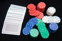 Τσιπ χαρτοπαικτικών λεσχών για το παιχνίδι στο παιχνίδι καρτών Στοκ φωτογραφίες με δικαίωμα ελεύθερης χρήσης