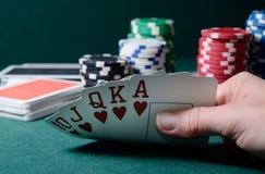 Τσιπ χαρτοπαικτικών λεσχών και βασιλικός επίπεδος συνδυασμός καρτών στον πράσινο πίνακα Θέμα παιχνιδιών πόκερ Στοκ εικόνες με δικαίωμα ελεύθερης χρήσης