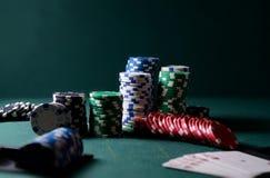 Τσιπ χαρτοπαικτικών λεσχών και βασιλικός επίπεδος συνδυασμός καρτών στον πράσινο πίνακα Θέμα παιχνιδιών πόκερ Στοκ φωτογραφία με δικαίωμα ελεύθερης χρήσης