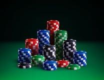 Τσιπ χαρτοπαικτικών λεσχών στο πράσινο υπόβαθρο Στοκ Φωτογραφία