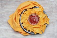 Τσιπ Nachos πρόχειρων φαγητών με την πορτοκαλιά πετσέτα στο αγροτικό πιάτο Τοπ όψη Κόλλα αντιγράφων στοκ εικόνα με δικαίωμα ελεύθερης χρήσης