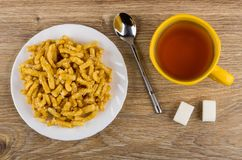 Τσοκ-τσοκ στο πιάτο, τσάι, κουταλάκι του γλυκού, κύβοι ζάχαρης στον πίνακα Στοκ φωτογραφία με δικαίωμα ελεύθερης χρήσης