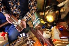 Τυλίγοντας έγγραφο δώρων ατόμων χεριών για τα Χριστούγεννα διακοπών Στοκ φωτογραφία με δικαίωμα ελεύθερης χρήσης
