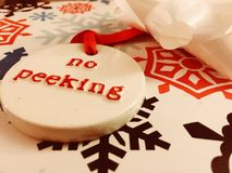 Τυλίγοντας χριστουγεννιάτικα δώρα - κανένα κρυφοκοίταγμα Στοκ Φωτογραφία