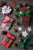 Τυλιγμένα κουδούνια και αστέρια χριστουγεννιάτικων δώρων Στοκ Εικόνα