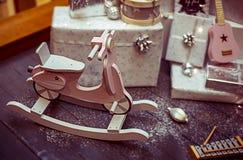 Τυλιγμένα χριστουγεννιάτικα δώρα και παιχνίδια για τα παιδιά στοκ εικόνες με δικαίωμα ελεύθερης χρήσης