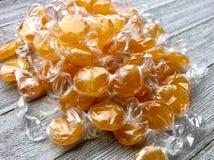 Τυλιγμένες butterscotch καραμέλες στοκ εικόνες