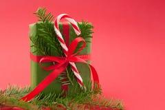 Τυλιγμένο κιβώτιο δώρων Χριστουγέννων διακοπές στο ανοικτό κόκκινο υπόβαθρο Στοκ Φωτογραφία