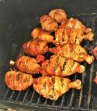 Τυλιγμένο μπέϊκον κοτόπουλο Drumbsticks και μμένες άκρες στη σχάρα στοκ φωτογραφίες με δικαίωμα ελεύθερης χρήσης