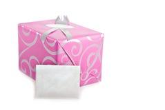 Τυλιγμένο ροζ παρόν με τη ευχετήρια κάρτα Στοκ εικόνα με δικαίωμα ελεύθερης χρήσης