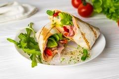 Τυλιγμένο Shaurma σάντουιτς με το ζαμπόν και το τυρί ντοματών μαρουλιού στοκ φωτογραφίες