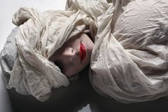 τυλιμένη γυναίκα Στοκ εικόνα με δικαίωμα ελεύθερης χρήσης