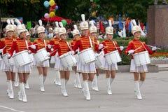 Τυμπανιστές majorettes νέων κοριτσιών Στοκ Εικόνες