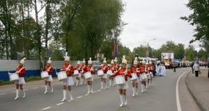 Τυμπανιστές majorettes νέων κοριτσιών Στοκ Φωτογραφίες