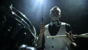 Τυμπανιστής που παίζει τα τύμπανα απόθεμα βίντεο