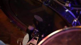 Τυμπανιστής που παίζει τη βαθιά κινηματογράφηση σε πρώτο πλάνο τυμπάνων φιλμ μικρού μήκους