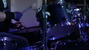 Τυμπανιστής που παίζει τύμπανο στη σκηνή απόθεμα βίντεο