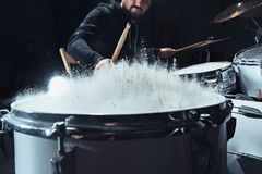 Τυμπανιστής που προετοιμάζει στα τύμπανα πριν από τη συναυλία βράχου Μουσική καταγραφής ατόμων στο τύμπανο που τίθεται στο στούντ στοκ φωτογραφία με δικαίωμα ελεύθερης χρήσης