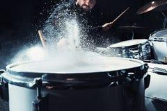 Τυμπανιστής που προετοιμάζει στα τύμπανα πριν από τη συναυλία βράχου Μουσική καταγραφής ατόμων στο τύμπανο που τίθεται στο στούντ στοκ εικόνες