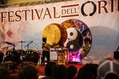 Τυμπανιστής στο φεστιβάλ της Ανατολής στη Ρώμη Ιταλία Στοκ εικόνα με δικαίωμα ελεύθερης χρήσης