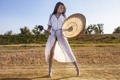 Τυμπανοκρουσία γυναικών σαμάνων στοκ φωτογραφία με δικαίωμα ελεύθερης χρήσης