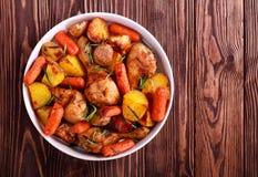 Τυμπανόξυλα κοτόπουλου ψητού με το καρότο Στοκ εικόνες με δικαίωμα ελεύθερης χρήσης