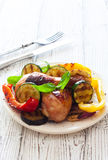Τυμπανόξυλα κοτόπουλου που ψήνονται με τα λαχανικά Στοκ Εικόνες