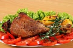 Τυμπανόξυλο της Τουρκίας με τις πατάτες και τη σαλάτα Στοκ φωτογραφία με δικαίωμα ελεύθερης χρήσης