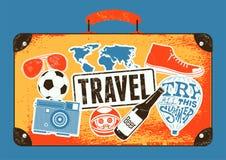 Τυπογραφική αναδρομική αφίσα ταξιδιού grunge Εκλεκτής ποιότητας παλαιά βαλίτσα σχεδίου με τις ετικέτες επίσης corel σύρετε το διά Στοκ Εικόνα