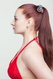 Τυποποιημένες πρότυπες δοκιμές του νέου όμορφου κοριτσιού πέρα από το γκρίζο υπόβαθρο στοκ εικόνες με δικαίωμα ελεύθερης χρήσης