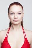 Τυποποιημένες πρότυπες δοκιμές του νέου όμορφου κοριτσιού πέρα από το γκρίζο υπόβαθρο στοκ φωτογραφία