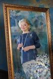 Τυποποιημένη αντανάκλαση καθρεφτών μιας όμορφης γυναίκας Στοκ εικόνα με δικαίωμα ελεύθερης χρήσης