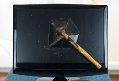 Τυποποιημένος κολλημένος σφυρί μέσα σπασμένος υπολογιστής Στοκ φωτογραφία με δικαίωμα ελεύθερης χρήσης