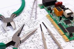 Τυπωμένα εργαλεία πινάκων κυκλωμάτων και ακρίβειας στο διάγραμμα της ηλεκτρονικής, τεχνολογία Στοκ φωτογραφία με δικαίωμα ελεύθερης χρήσης