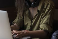 Τυπωμένες ύλες κοριτσιών στον υπολογιστή της στοκ φωτογραφία