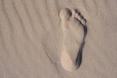 Τυπωμένες ύλες ποδιών ή ίχνη δύο ανθρώπινων ποδιών στην άμμο όμορφες νεολαίες γυναικών διακοπών λιμνών έννοιας Στοκ φωτογραφίες με δικαίωμα ελεύθερης χρήσης