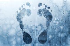 Τυπωμένες ύλες ποδιών στο παγωμένο γυαλί Windows Στοκ φωτογραφία με δικαίωμα ελεύθερης χρήσης