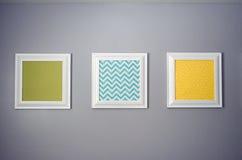 Τυπωμένες ύλες σε έναν τοίχο στοκ εικόνες με δικαίωμα ελεύθερης χρήσης