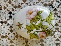 Τυπωμένη ύλη λουλουδιών σε μια κεραμική επίδειξη στοκ εικόνες