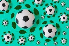 Τυπωμένη ύλη σφαιρών ποδοσφαίρου με τα πράσινα φύλλα απεικόνιση αποθεμάτων