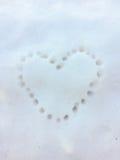 Τυπωμένη ύλη καρδιών στο χιόνι Στοκ Εικόνες