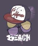 Τυπωμένη ύλη μπλουζών παραλιών Καλιφόρνιας με τα γυαλιά και την ΚΑΠ, διανυσματική απεικόνιση Στοκ Εικόνες
