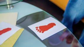 Τυπωμένη ύλη ποδιών που γίνεται από το νέο αγόρι απόθεμα βίντεο